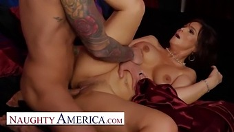 Naughty America - Syren De Mer Gives Her Customer The Best Service In Her Hotel At The Naughty Room